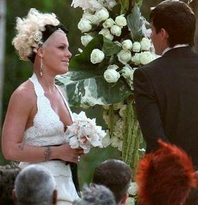 Promi Hochzeitskleider Promi Hochzeiten Kopfbrett Aus Scheunentur Sangerin Pink Rosa Zitate Beth Moore Klassische Filmstars Beruhmte Sangerinnen Und