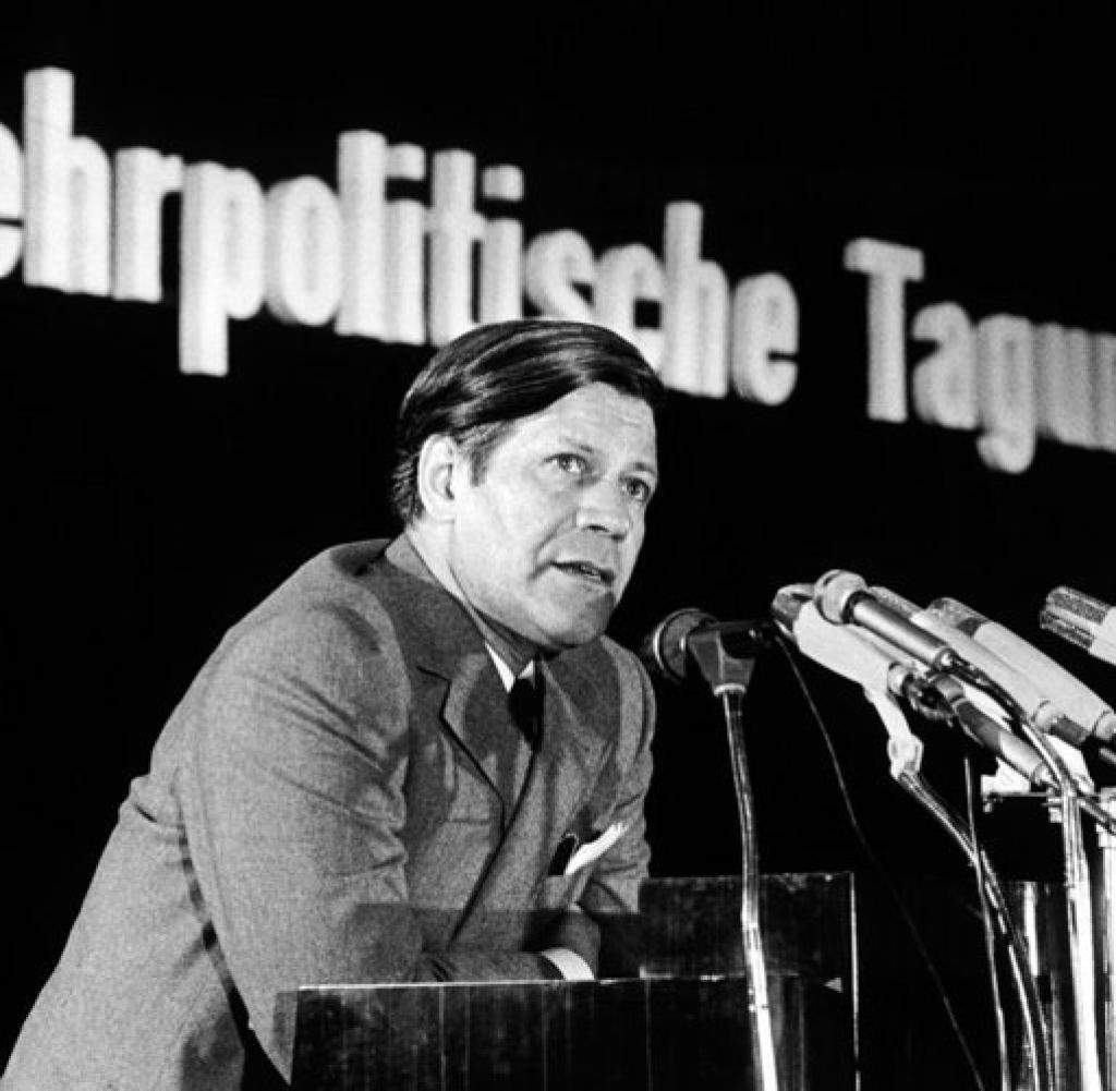 Seinen Ersten Posten In Der Bundesregierung Erhielt Schmidt Am  Als Ihn