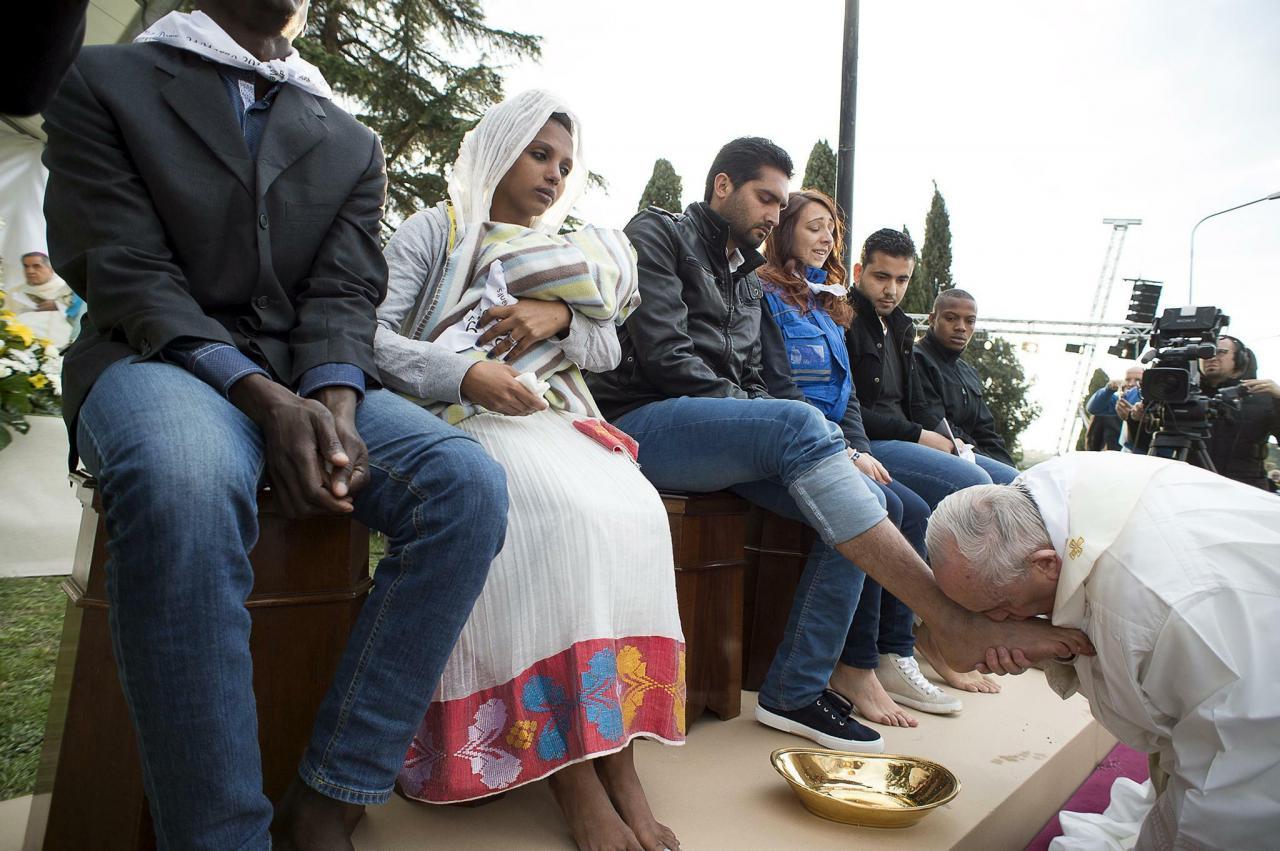 Papst Franziskus Kusst Fuse Eines Fluchtlings