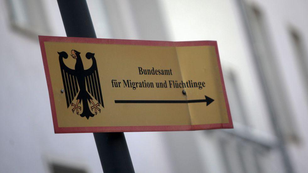 Gebaude Und Hinweis Schilder Des Bundesamts Fur Migration Und Fluchtlinge Bamf