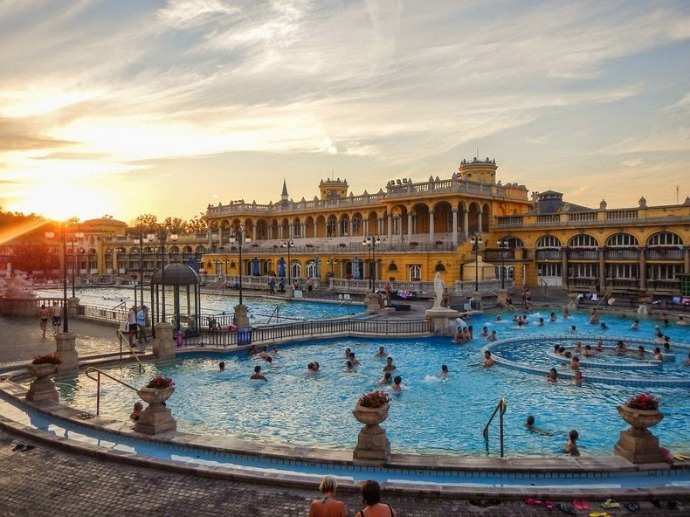In this pool the water temperature varies and becomes a favorite tourist spot during the winter